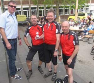Volker, Klaus und Peter empfangen stolz den Pokal für den 3. Platz in der Mannschaftswertung, übergeben durch einen Vertreter der Sturmvögel