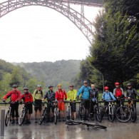 Glücklich über die gelungene Tagestour um die Müngstener Brücke im Bergischen Land, die elf Haardbiker